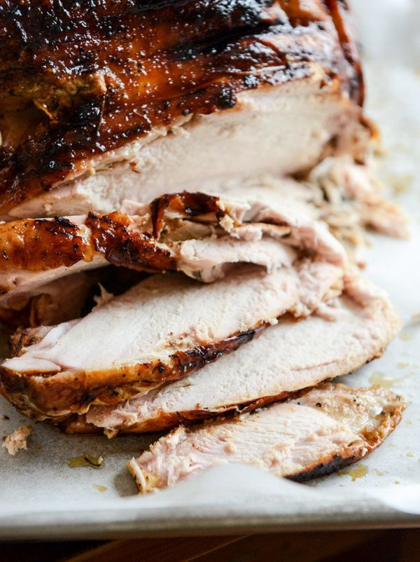 "<strong>Get the <a href=""http://www.howsweeteats.com/2013/11/applewood-smoked-turkey-with-cider-bourbon-gravy/#_a5y_p=1083708"