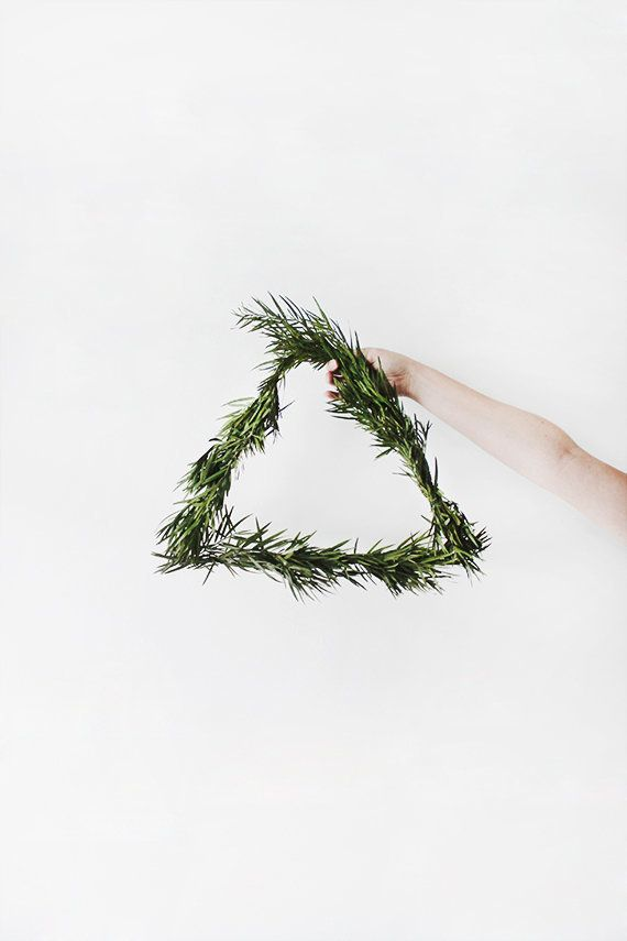 "If you're a minimalist decorator, you'll love this no frills holiday wreath DIY from <a href=""http://www.almostmakesperfect.c"