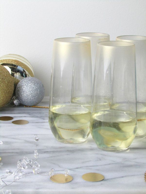 "Spice up your champagne flutes with this glamorous gilded ombre design. Head over to <a href=""http://francoisetmoi."
