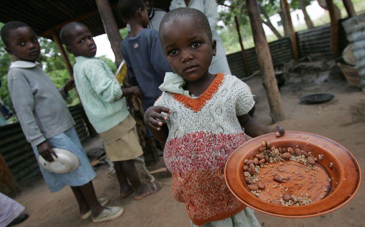 Bikita, ZIMBABWE: Zimbabwean children eat 02 April 2007 at the Masarira primary school, where about 30 pupils receive a daily