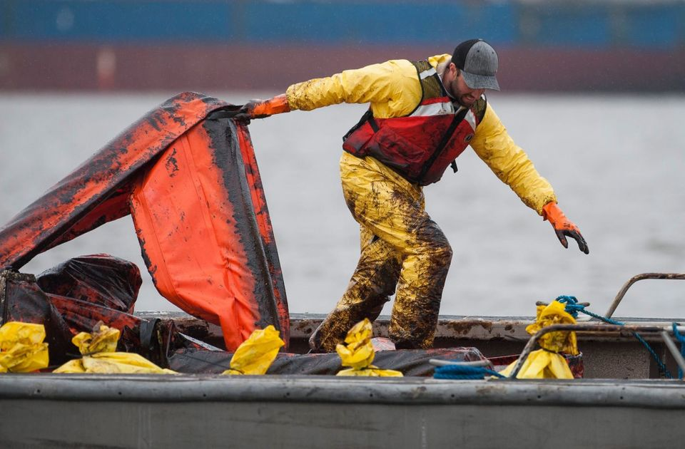 "Crews work to <a href=""http://www.huffingtonpost.ca/2015/04/10/vancouver-oil-spill-cleanup_n_7044398.html"" target=""_blank"" ""="
