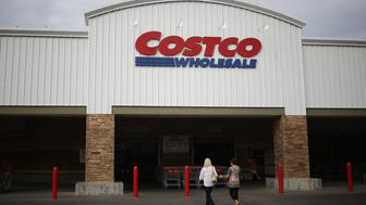 Customers walk toward a Costco Wholesale Corp. store in Nashville, Tennessee, U.S., on Friday, Sept. 25, 2015. Costco Wholesale Corp., the largest U.S. warehouse-club chain, is expected to release fourth-quarter earnings figures on September 29. Photographer: Luke Sharrett/Bloomberg via Getty Images