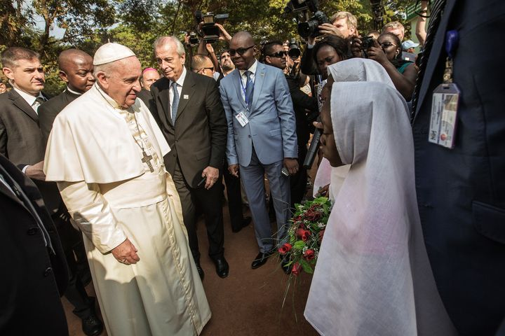 Pope Francis (L) arrives at the Central Mosque in the PK5 neighborhood to meet with members of the Muslim community on November 30, 2015 in Bangui.