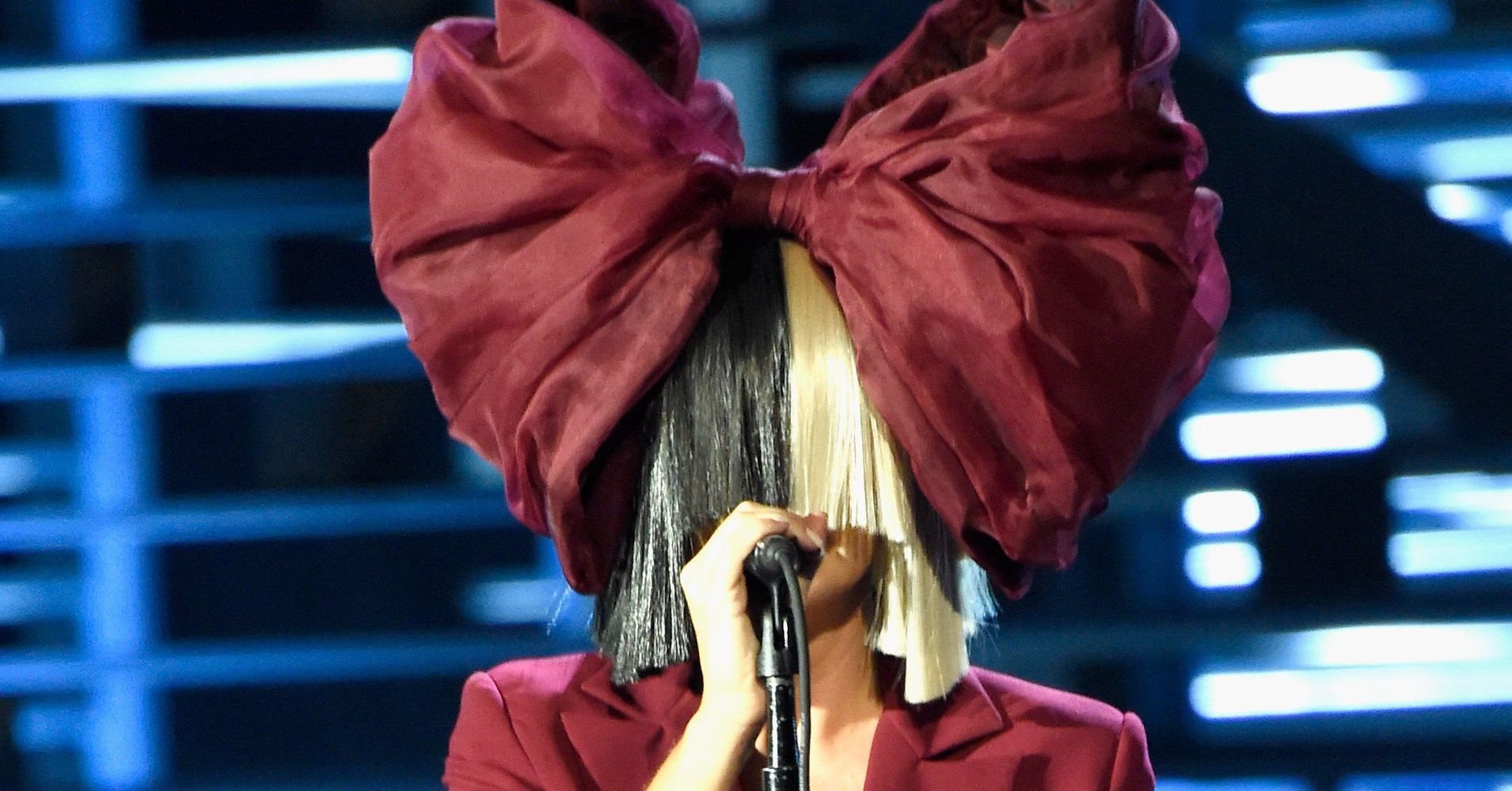 Sia Explains Why She Doesn T Take Off Her Wig On Ellen
