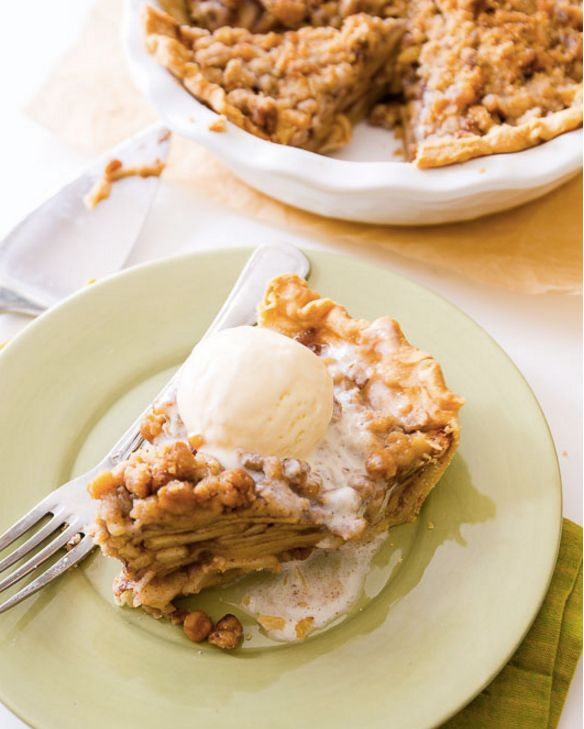 "<strong>Get the<a href=""http://sallysbakingaddiction.com/2015/07/04/apple-crumble-pie/"" target=""_blank""> Apple Crumble Pie re"