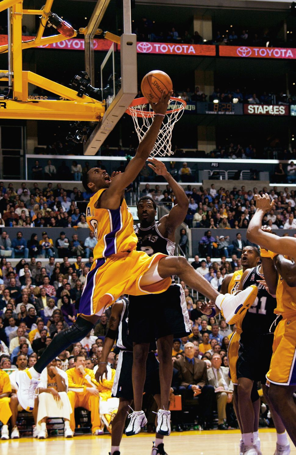 Bryant goes up-and-under for the layup againstthe San Antonio Spurs during Game 2of the Western Conference Semifi
