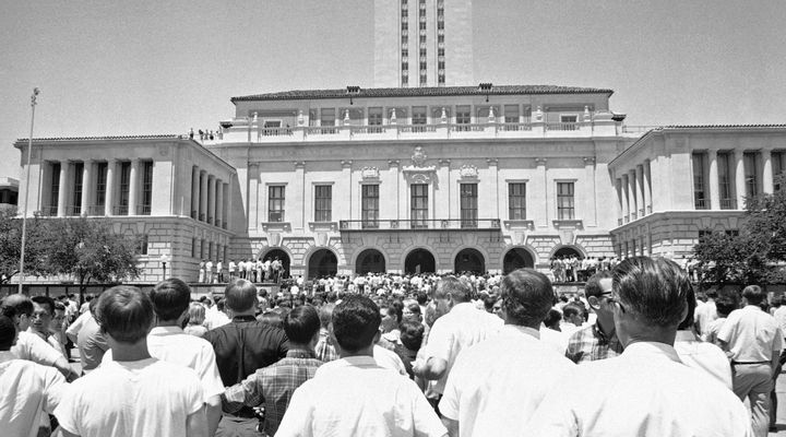 Crowds gather in front of the administration building at the University of Texas in Austin on Aug. 1, 1966, awaiting the remo