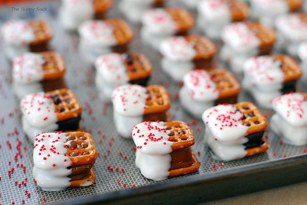 "<strong>Get the <a href=""http://www.thegunnysack.com/candy-bar-pretzel-bites-christmas-cookies/"">Candy Bar Pretzel Bites reci"