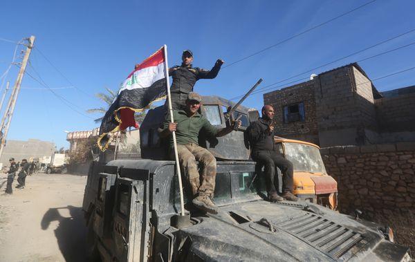 Members of Iraq's counter-terrorism forces enter the al-Tameem district of Ramadi, Iraq, on Dec. 9, 2015.
