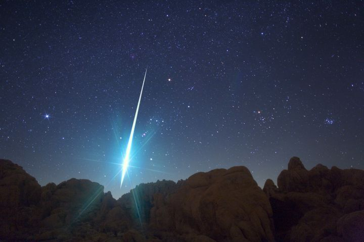 Anincredible picture taken from the Mojave Desert area shows a huge meteor hurtling to earth during the annual Geminid