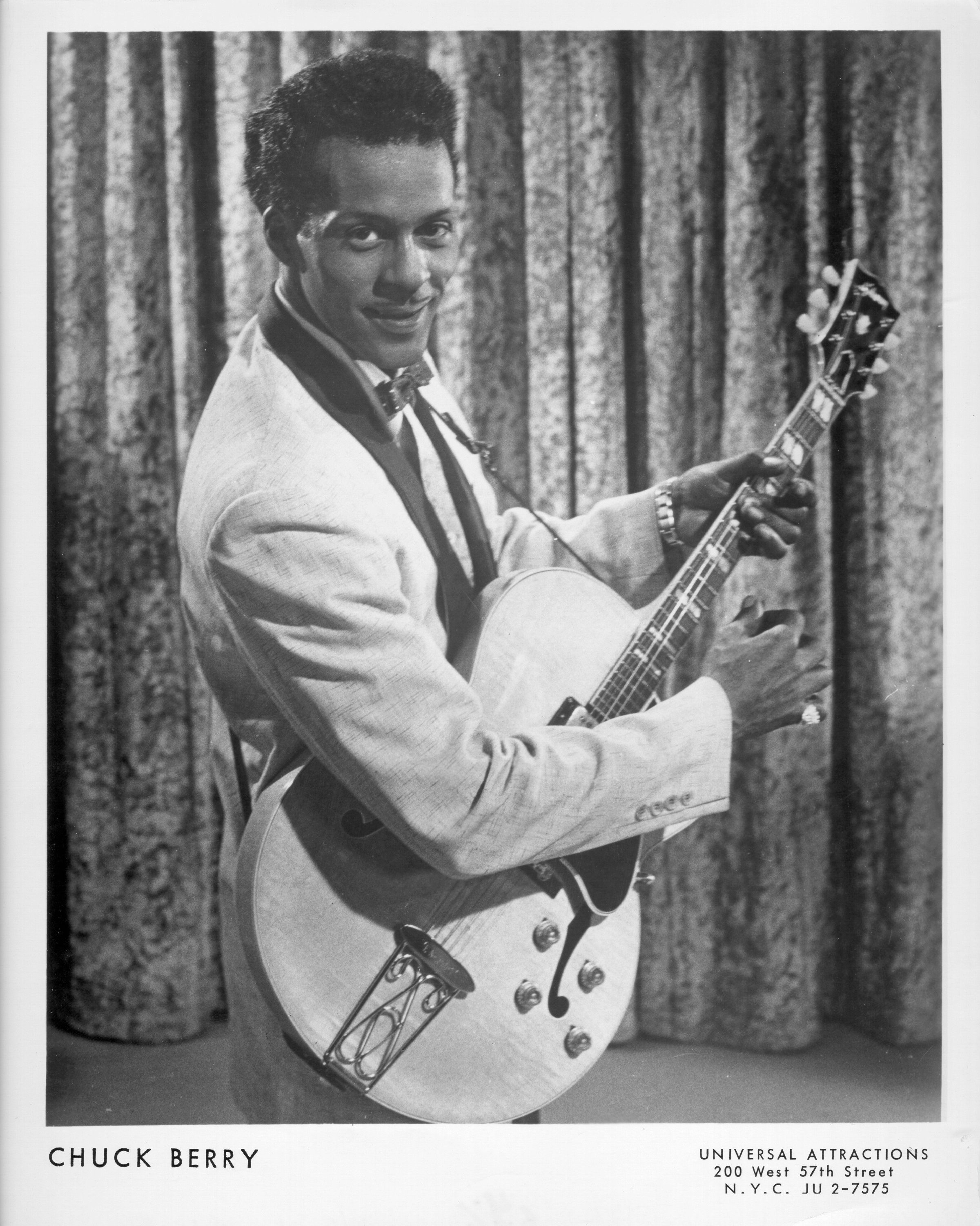CIRCA 1958:  Rock and roll musician Chuck Berry poses for a portrait holding his Gibson hollowbody electric guitar in circa 1958. (Photo by Michael Ochs Archives/Getty Images)