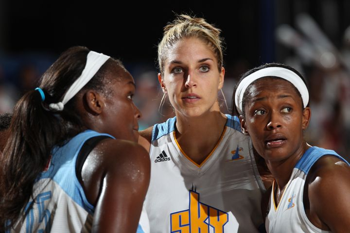 Elena Delle Donne (center)talkswith teammates Michelle Campbell (left)and Swin Cash (right)during a t