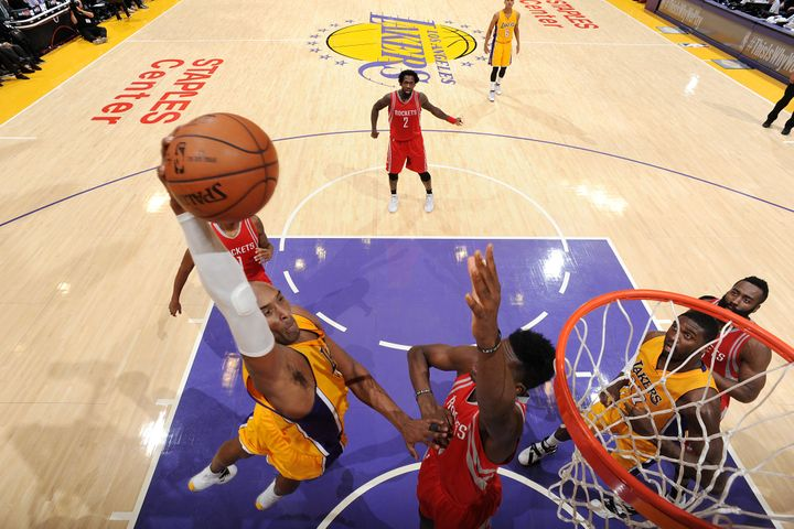 Bryant throws downthe dunk during Thursday'sgame against the Houston Rockets at the StaplesCenter in Los An