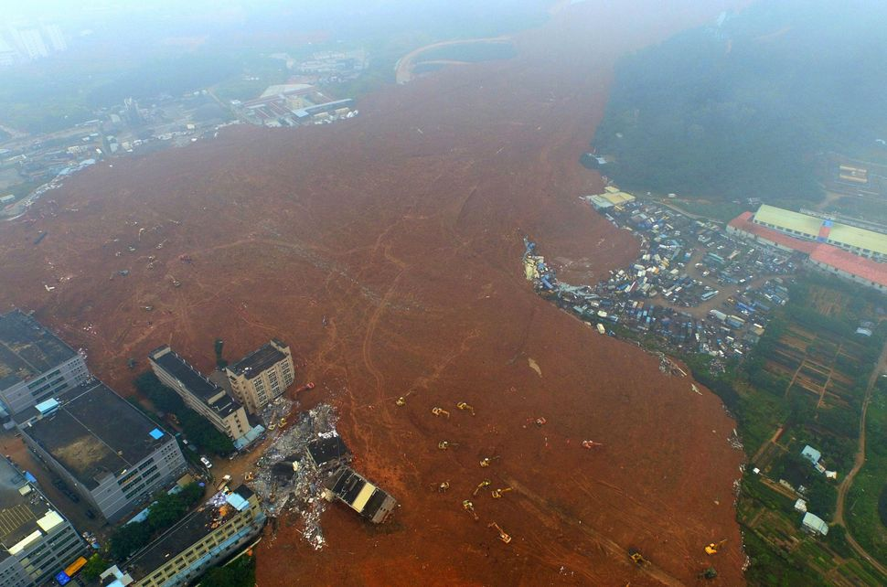 A landslide, caused by the combination of heavy rains and a pile of dirt and construction debris, spilled over an area of 4 m