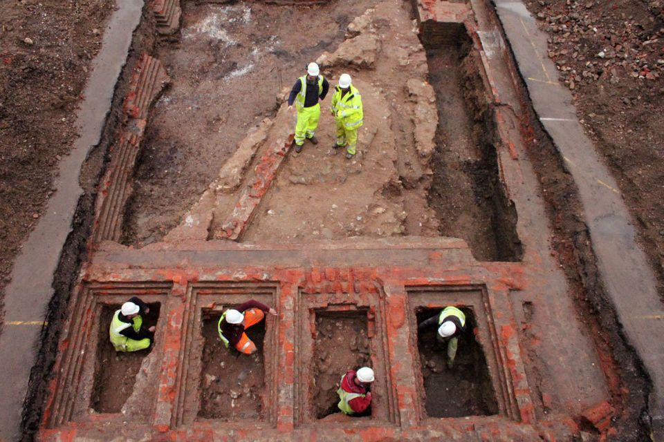 "Researchers <a href=""http://www.huffingtonpost.com/entry/gloucester-castle-prison-yard_5668653ce4b009377b2347c2"">unearthed th"