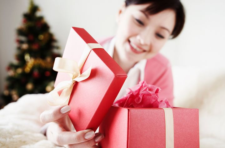 Scientists revealthe different benefits of giving a material gift versus the gift of an experience.