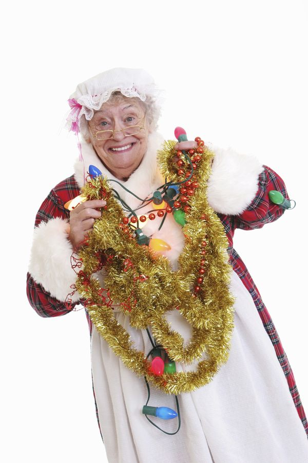 Just because she's married to Santa Clausdoesn't mean she's safe from the holiday nightmare that is tangled lights.