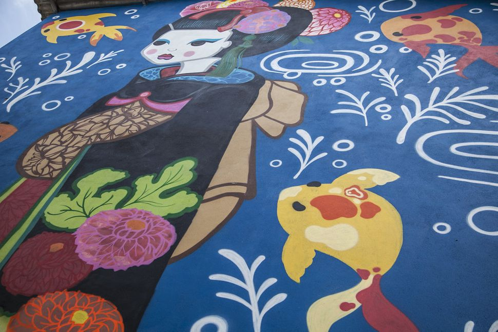 Suzue's geisha mural.