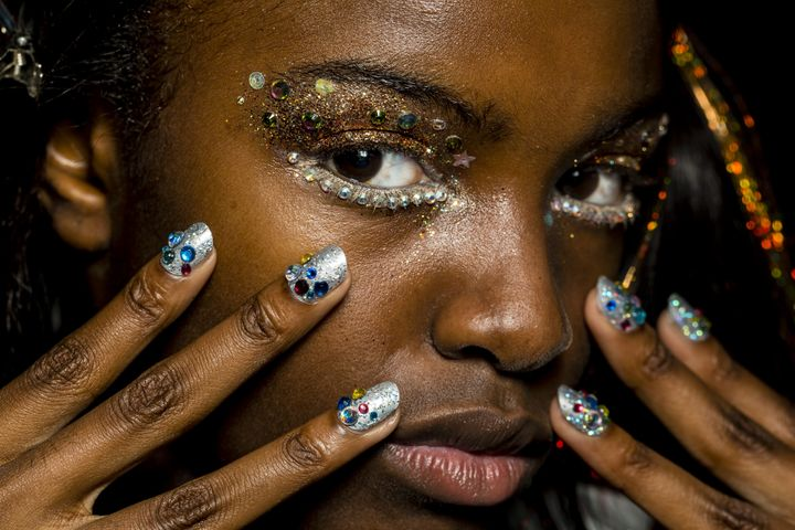 How To Remove Glitter Makeup Without Wrecking Your Skin Huffpost Life