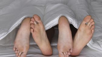 Pies en la cama intimando, rozando, Feet in the bed- Pareja- Couple