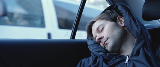 「どこでも寝れるパーカー」の破壊力が半端ない【動画あり】