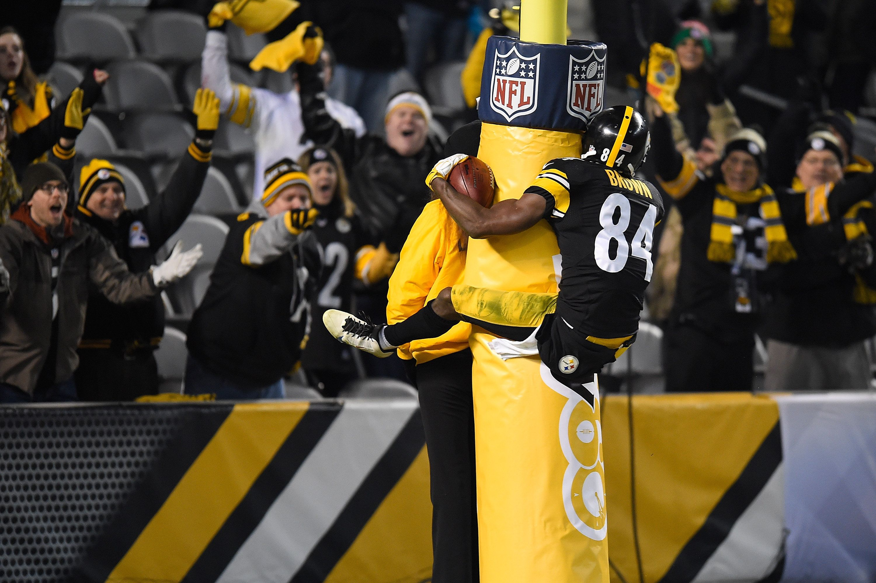 PITTSBURGH, PA - DECEMBER 6:  Antonio Brown #84 of the Pittsburgh Steelers celebrates a fourth quarter touchdown by jumping on the goal post during the game against the Indianapolis Colts at Heinz Field on December 6, 2015 in Pittsburgh, Pennsylvania. (Photo by Joe Sargent/Getty Images)