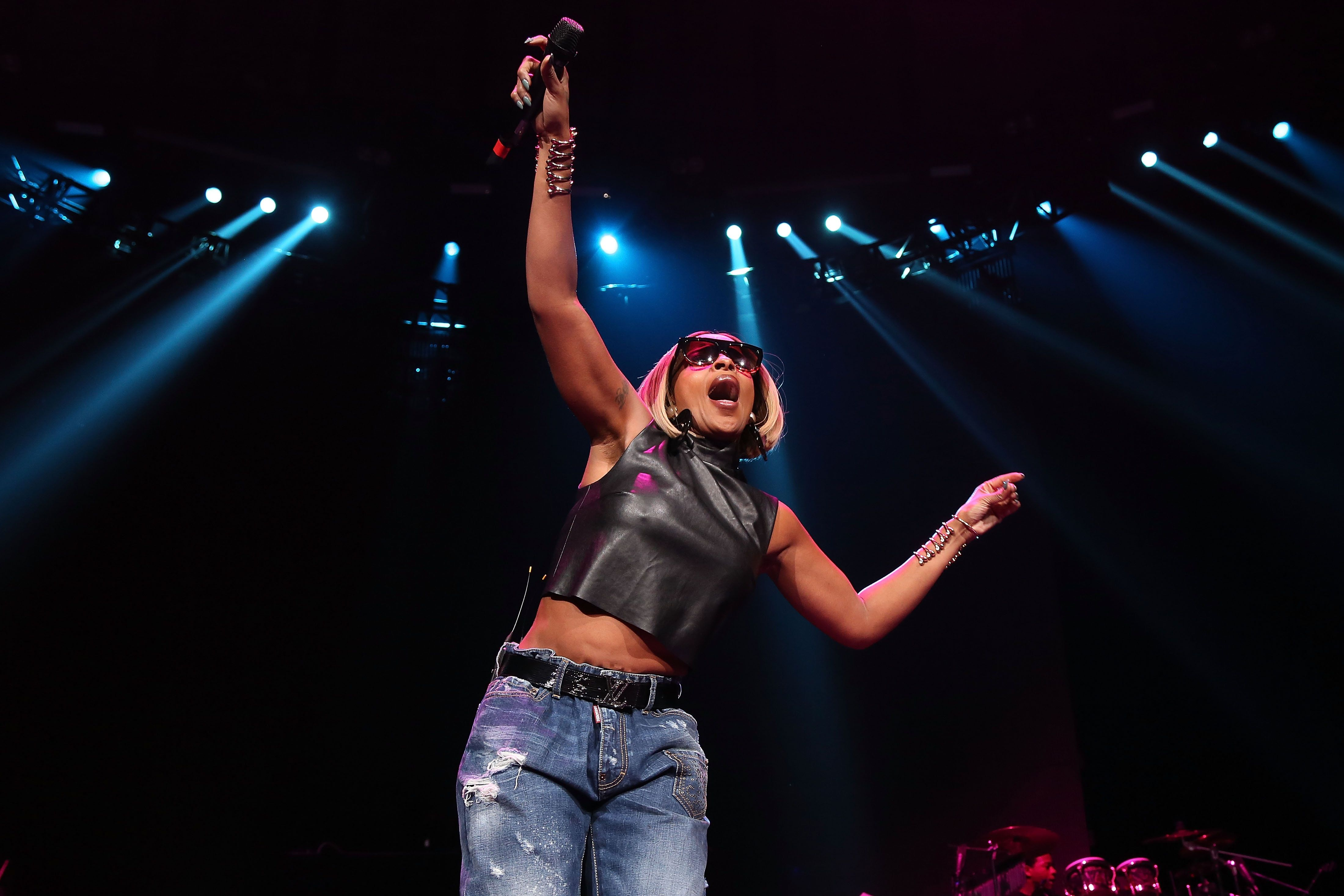 NEWARK, NJ - DECEMBER 05:  Mary J. Blige performs during Hot 97's 'Busta Rhymes And Friends: Hot For The Holidays' at Prudential Center on December 5, 2015 in Newark, New Jersey.  (Photo by Taylor Hill/FilmMagic)