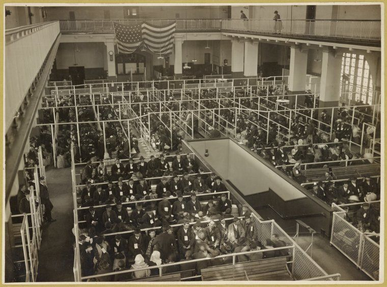 A photo from sometimebetween 1902 and 1913 shows the pens at Ellis Island. Thepeople in the photo have passed the