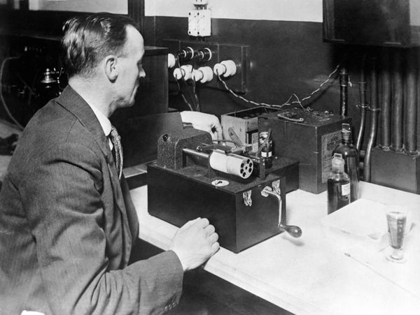 The first wireless photographic transmission beingsuccessfully experimented in 1920.