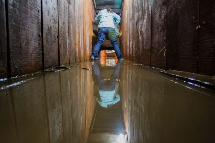 A journalist walks through thetunnel Guzmánused last July to escape from prison. The drug lord'sriva