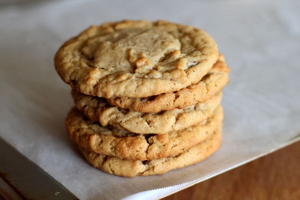 "<strong>Get the <a href=""http://themoveablefeasts.wordpress.com/2012/05/31/salted-peanut-butter-cookies/"" target=""_blank"">Sal"