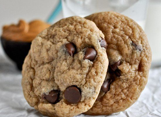 "<strong>Get the <a href=""http://www.howsweeteats.com/2012/04/peanut-butter-banana-chocolate-chip-cookies/"" target=""_hplink"">P"