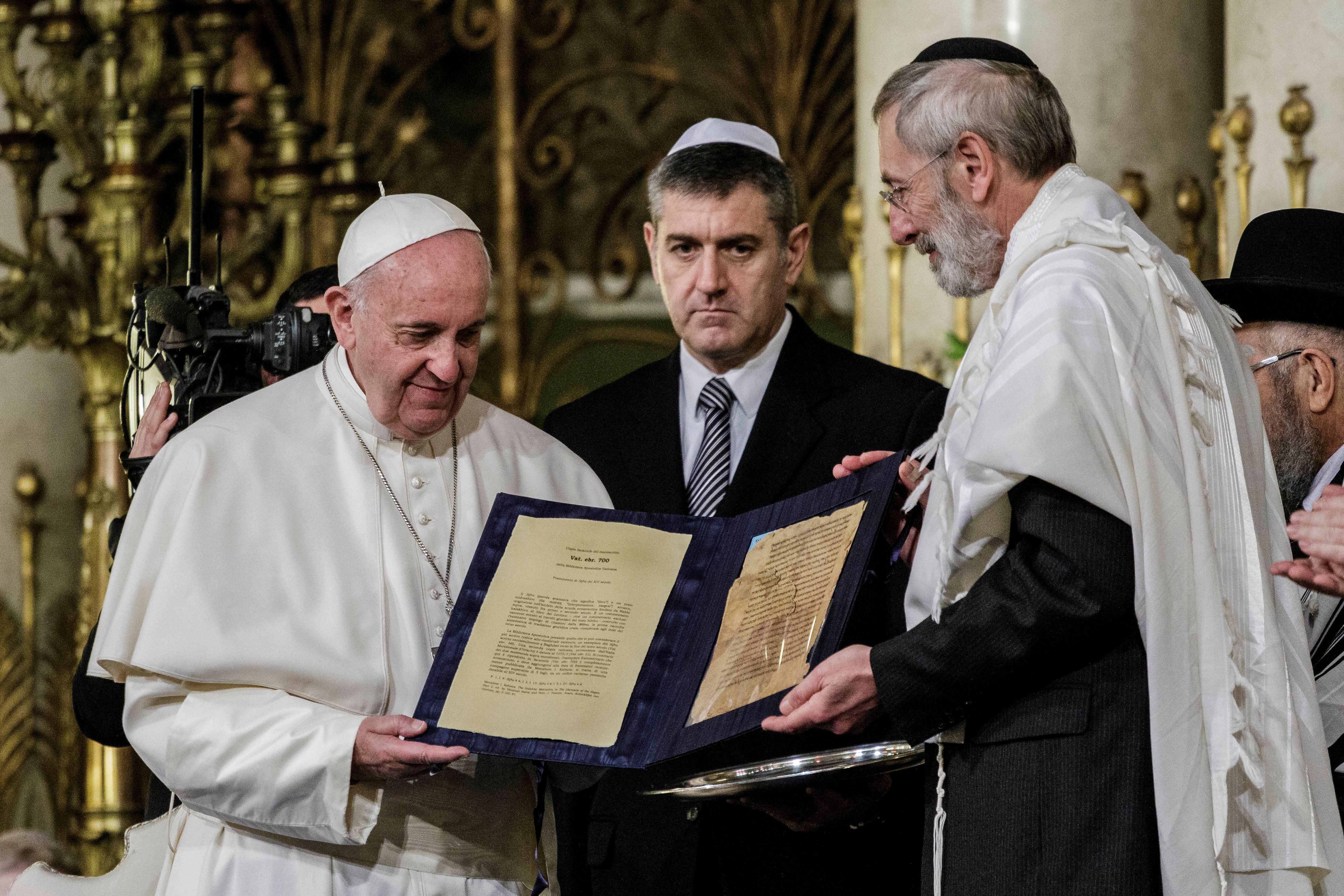 ROME, ITALY - 2016/01/17: Pope Francis shows a gift donated from Rabbi Riccardo Di Segni (R) during his visit to the Great Synagogue of Rome, Italy. (Photo by Giuseppe Ciccia/Pacific Press/LightRocket via Getty Images)