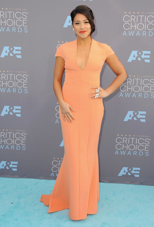<strong>Gina Rodriguezin Safiyaa:</strong>All the colors in this look are really working for Rodriguez. The peach