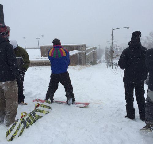 止まらないアメリカの大雪→今度はスキーで通勤する人たちが現れる