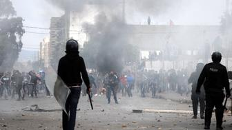 TOPSHOT - Tunisian protesters clash with security forces in the central town of Kasserine on January 21, 2016. Fresh protests over unemployment and poverty in central Tunisia have raised fears of growing social unrest five years after the country's revolution ignited by similar grievances. / AFP / MOHAMED KHALIL        (Photo credit should read MOHAMED KHALIL/AFP/Getty Images)