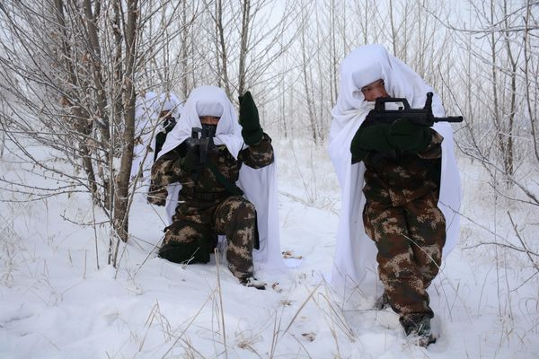 Soldiers train amid freezing temperatures in Hulunbuir.