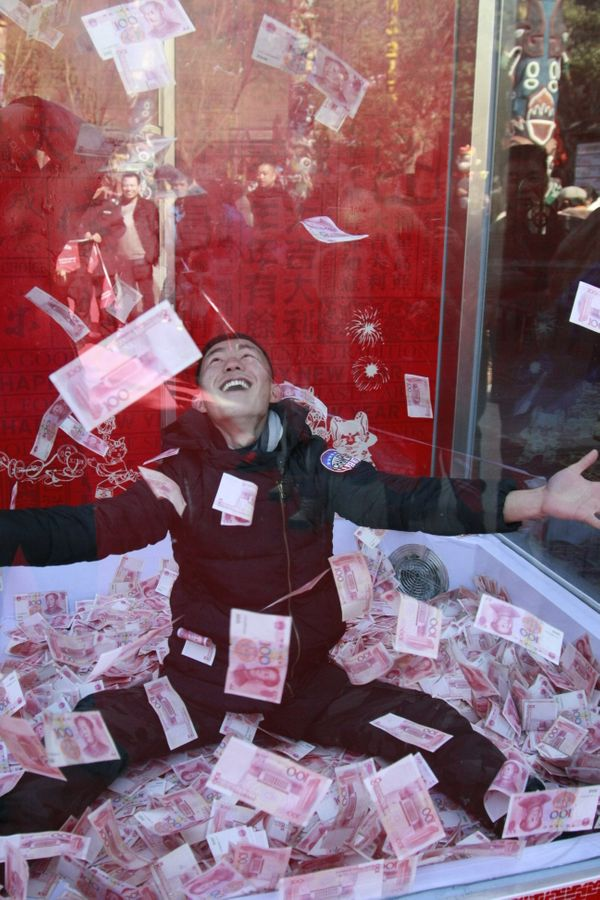 Try to grab as many 100-yuan banknotes as you can!