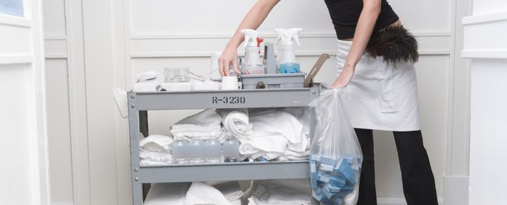7 hotel housekeeping tricks you need to clean your for Housekeeping bathroom cleaning procedure