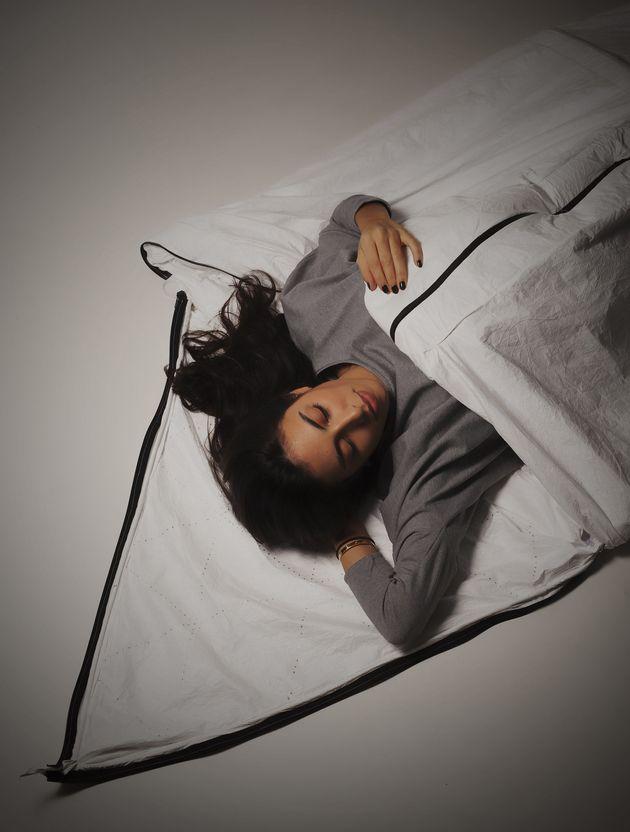 대학생들이 난민들을 위해 텐트 겸 침낭 겸 코트를 만들었다(사진,