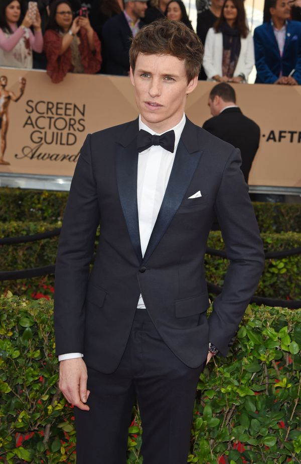Redmayneshowed up in a navy wool single-button tux byDior Homme, cinched at the neck by anavy wool bow tie,