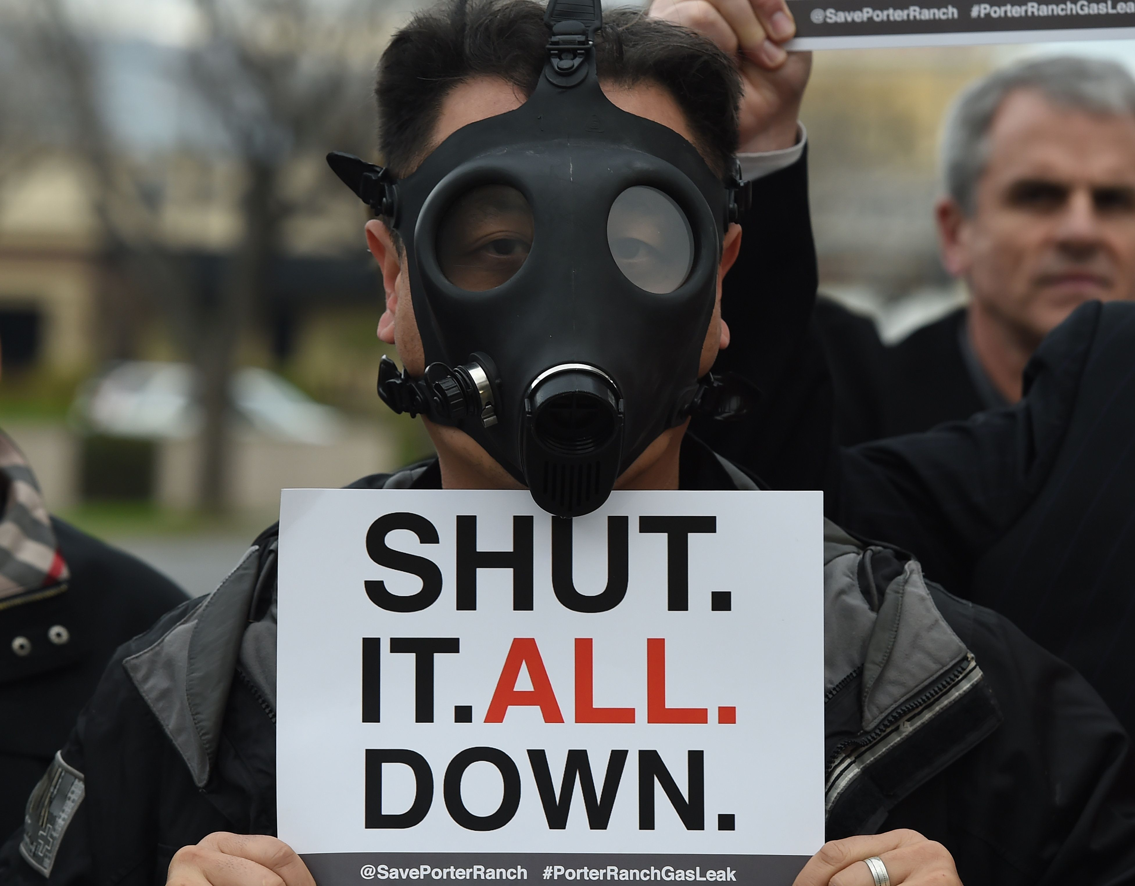 A Porter Ranch resident wears a gas mask as he joins others in a protest outside a meeting of the Air Quality Management Board (AQMD) over the continuing gas leak that started in October and which has forced thousands of residents to flee from the Los Angeles suburb of Porter Ranch, California on January 23, 2016. The governor of California, Jerry Brown recently declared a state of emergency in the Los Angeles community where a massive gas leak has forced the evacuation of nearby residents from their homes. / AFP / Mark Ralston        (Photo credit should read MARK RALSTON/AFP/Getty Images)