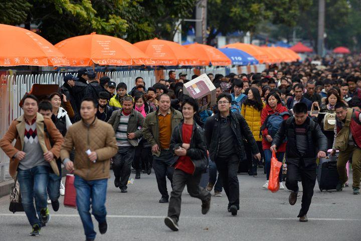 Passengers queue up to enter Guangzhou railway station in Guangzhou, Feb. 2, 2016.