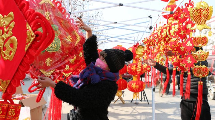 People purchase New Year's decorations in Zoucheng City, in east China's Shandong province.