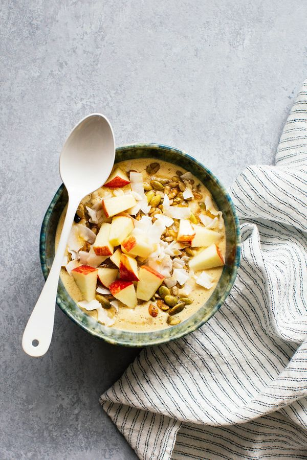 """<strong>Get the <a href=""""http://www.kitchenkonfidence.com/2015/09/spiced-apple-and-oatmeal-smoothie-bowl-recipe"""" target=""""_bla"""