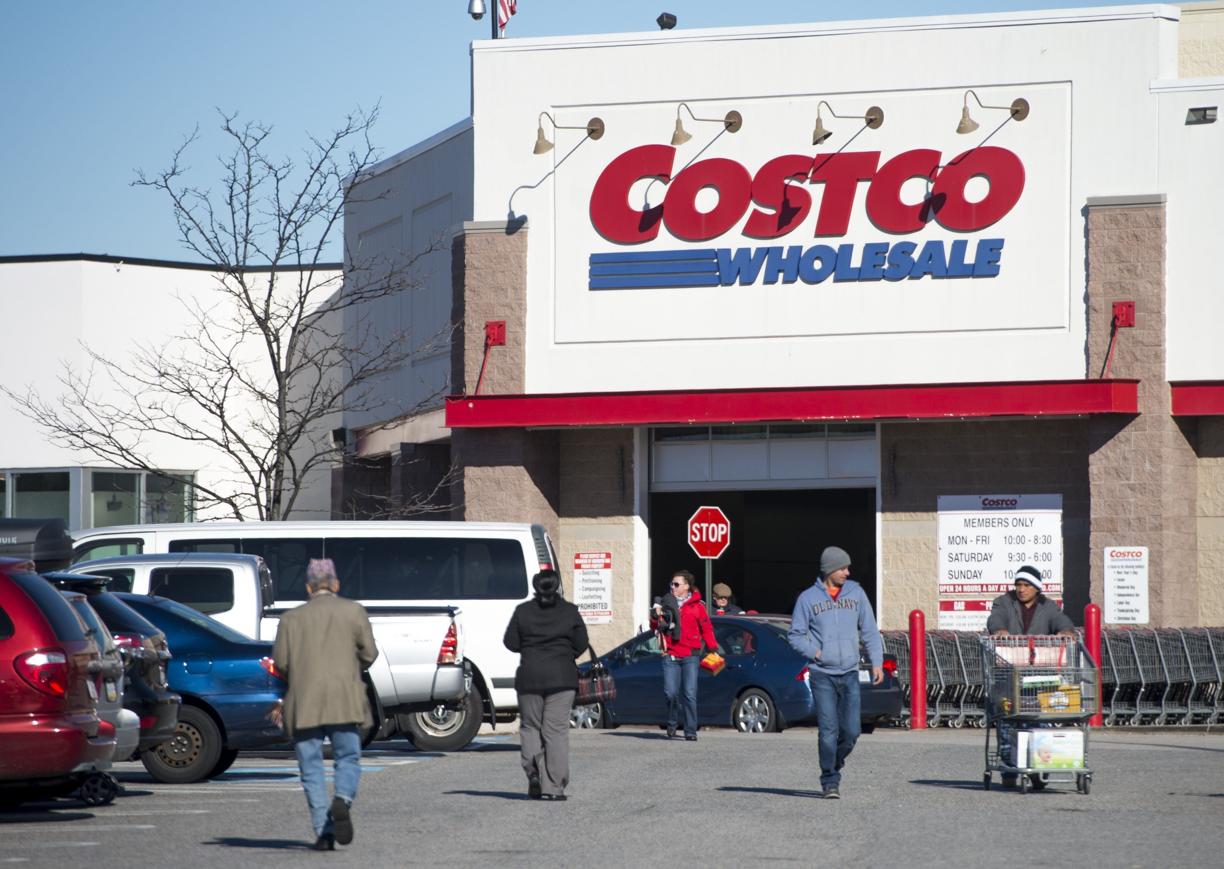 A Costco Wholesale warehouse location in Woodbridge, Virginia, January 5, 2016. AFP PHOTO / SAUL LOEB / AFP / SAUL LOEB        (Photo credit should read SAUL LOEB/AFP/Getty Images)