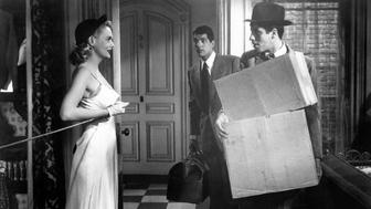 American actor Jerry Lewis (Joseph Levitch) carrying some boxes and talking to American actress Marie Wilson (Katherine Elisabeth Wilson). Behind them, the American actor Dean Martin (Dino Paul Crocetti) carrying a suitcase in the film My Friend Irma. 1949 (Photo by Mondadori Portfolio via Getty Images)