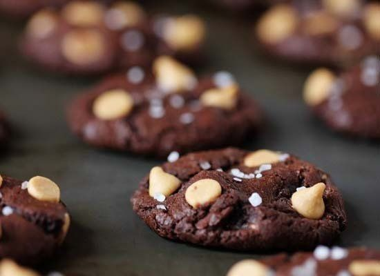 """<strong>Get the <a href=""""http://www.howsweeteats.com/2012/12/salted-dark-chocolate-truffle-cookies/"""" target=""""_hplink"""">Salted"""