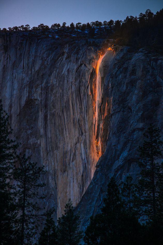 「炎の滝」年に数回の自然現象を奇跡的にとらえた。【画像】