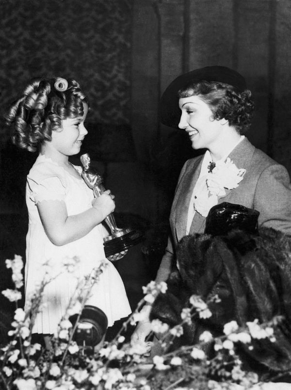 The actress Claudette Colbert congratulating Shirley Temple for her Oscar in Hollywood on March 8, 1935.